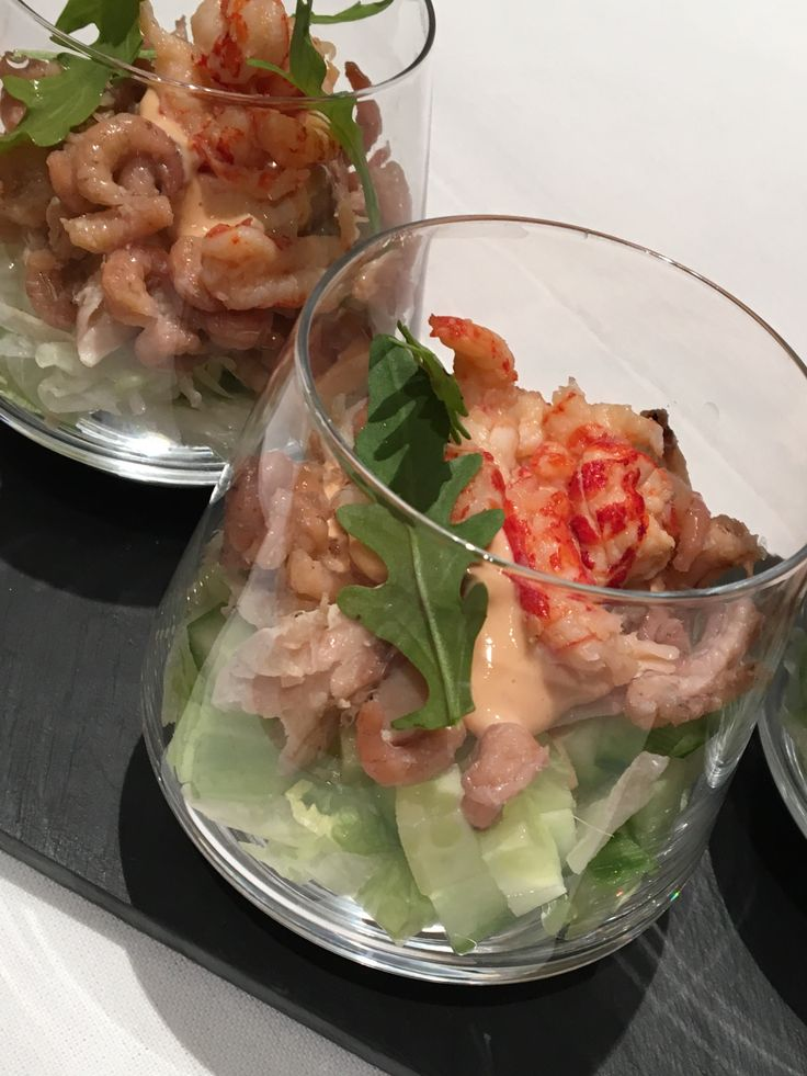Een makreel - garnaal cocktail. (6pers)Neem 200 g grijze garnalen, 100 g rivierkreeftjes en een gerookte makreel. Ontdoe de makreel van zijn kop, vel en graten en pluk deze in hapklare blokjes. Snij je ijsbergsla in fijne reepjes en leg deze onderaan het glas. Daarop leg je blokjes frisse komkommer.Voeg twee el makreel toe en een lepel cocktailsaus. ( 3/4 mayo, 1/4 ketchup en een scheutje whisky). Voeg je garnalen toe, cocktailsaus en afwerken met rivierkreeftjes en rucola. Smakelijk.