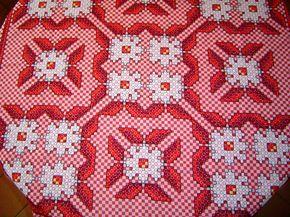 Toalha de Mesa Bordada em Tecido Xadrez vermelho e branco  132 x 132 cm  Para encomenda consulte as cores do tecido xadrez no album BORDADO EM TECIDO XADREZ