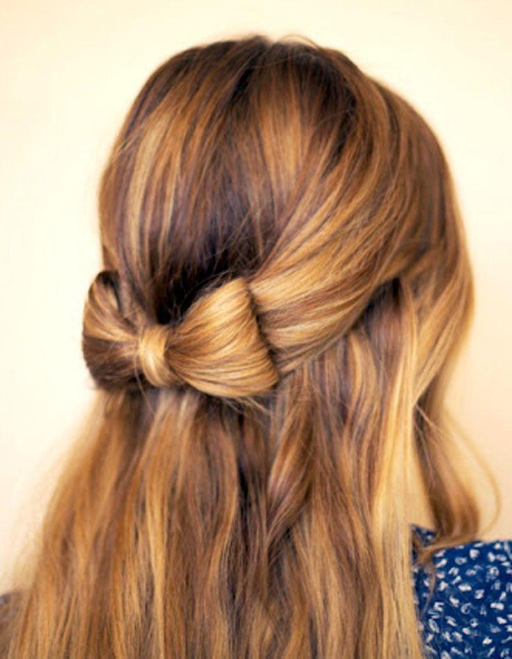 Attachez vos cheveux en demi-queue légèrement lâche. Repliez les longueurs sur elles-mêmes, séparez la boule obtenue en deux et passez le reste des longueurs au milieu afin de créer un nœud. Fixez le tout à l'aide d'une petite pince