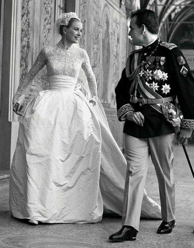 WOW! Die berühmtesten Brautkleider der Stars! Grace Kelly in einem Hochzeitskleid aus Spitze. Noch mehr auf www.gofeminin.de/hochzeit/album870638/edle-stoffe-zarte-spitze-die-schonsten-brautkleider-der-stars-p1.html #hochzeit #traumkleider #vintage #hochzeit