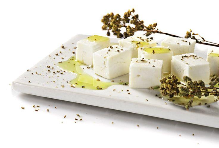Η Φέτα ΠΟΠ Μυτιλήνης έχει μία ελαφριά αλμυρή βουτυράτη γεύση, διακρίνεται για το πλούσιο άρωμα της.  Feta AOP Mytilène ayant une saveur de beurre légèrement salé, caractérisé par l'arôme riche.  Feta-Käse von Mytilene g.U mit einem leicht salzigen Buttergeschmack , durch das reiche Aroma.