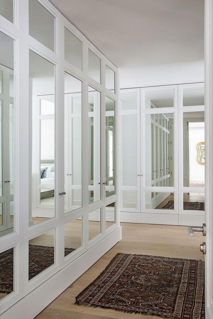 Un pied a terre reformado en Madrid- vestidor con lunas de espejo. Comedor Office, Elle Decor, Madrid, Windows, Room, Furniture, Vestidos, Guest Toilet, Crystal Lamps