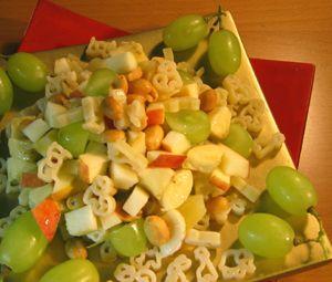 Vekkuli Hedelmäsalaatti viikonlopun jälkiruoaksi tai iltapalaksi, raikasta makua antavat tuoreet marjat ja hedelmät.