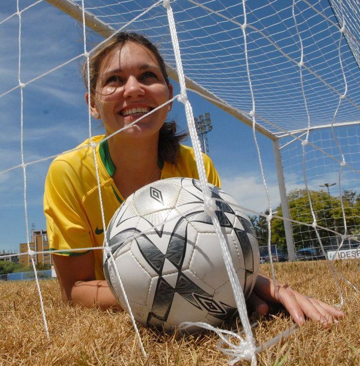 A meia-atacante de 30 anos encara um momento novo no futebol feminino com uma seleção montada especialmente para o Rio 2016