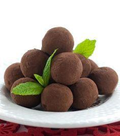 Εύκολα τρουφάκια σοκολάτας με επικάλυψη κακάου με 3 μόνο υλικά. Μια εύκολη συνταγή για μια γευστική εύκολη σοκολατένια λύση στο ψυγείο μας για τους καλεσμέ