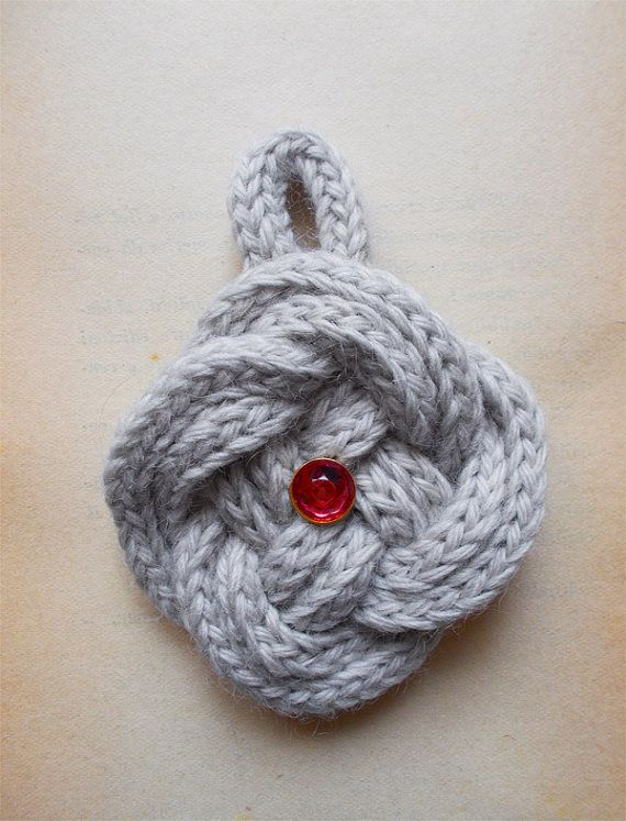 Nodo mandorletta grigio con bottone swarovski rosso. Grey button knot with red swarovski button.