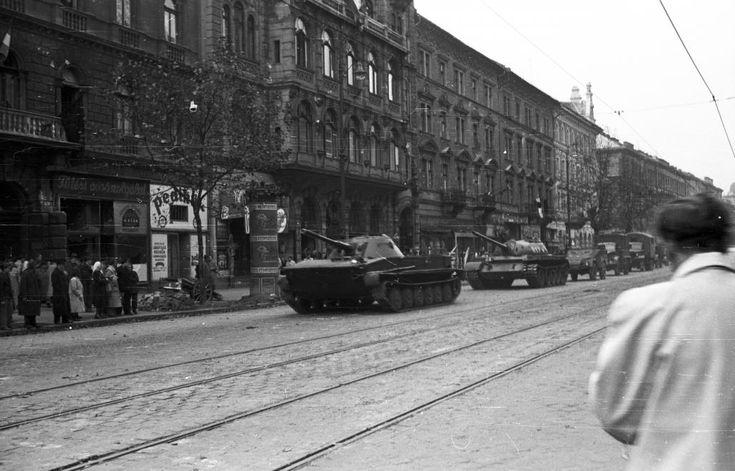 Teréz (Lenin) körút a Szondi utca felől a Podmaniczky (Rudas László) utca felé nézve. A szovjet csapatok ideiglenes kivonulása 1956. október 31-én.