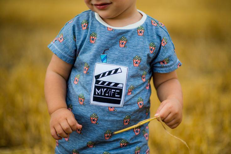 """Jetzt hat Sophia sogar einen Strohhalm auf dem Shirt, neben der prallvollen Popcorn tüte. Alex Bäuchlein schmückt hingegen eine Filmklappe: """"My Life""""! Damit sind die Beiden mit den Shirts aus dem brandneuen Design """"Little Things in Life"""" von Cherry Picking bestens ausgestattet und haben mal wieder ein Geschwisteroutfit! Schnittmuster der Shirts: Eazzy Shirt von Sara & Julez, Hose Sophia: Three Pieces aus Ottobre 4/2015, Hose Alex: Freebook Babyhose RAS von Nähfrosch. sewing"""