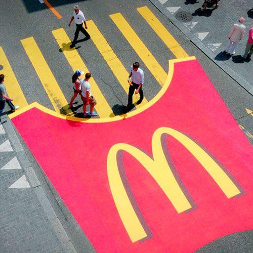 Während dem bekannten Zurifest (Schweiz) hat McDonalds mit großer Konkurrenz zu kämpfen. Mit dieser Guerilla Marketing (Ambient Marketing) Aktion drehten sie den Spieß um.
