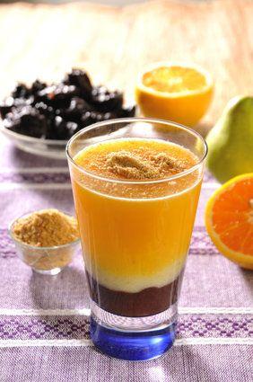 Jugo para desintoxicarte:  2 naranjas  1 pera  4 ciruelas pasas remojadas en 1 taza de agua desde 5 horas antes, mínimo  1 y media cucharada de linaza molida...