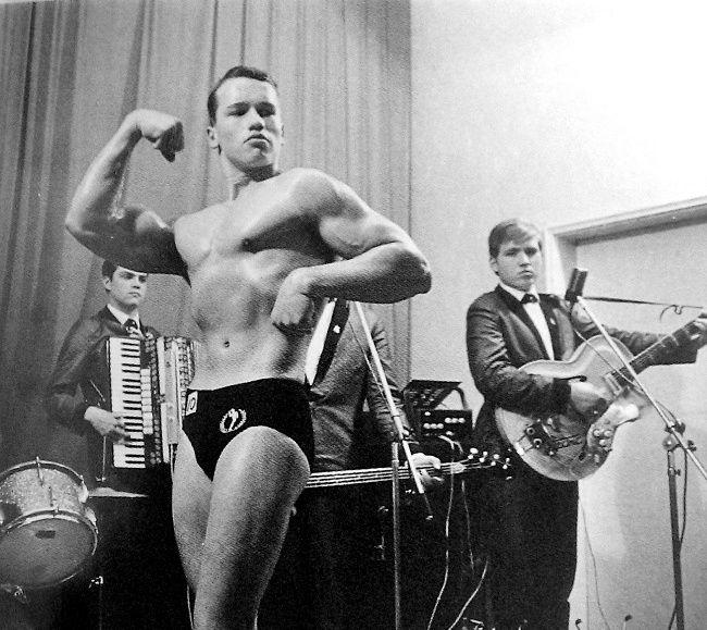 Arnold Schwarzenegger, âgé de 16 ans, lors de sa première compétition de culturisme
