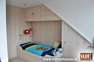 Creatieve manier van bed onder schuin dak