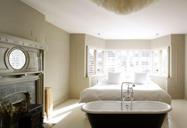 Romantisches Design mit einer Badewanne im Schlafzimmer ...