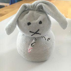Bastelidee für Kinder: Diese einfachen Socken-Osterhasen aus Alltagsgegenständen könnt ihr ohne Näh-Kenntnisse in wenigen Minuten basteln. Schaut mal vorbei :-)
