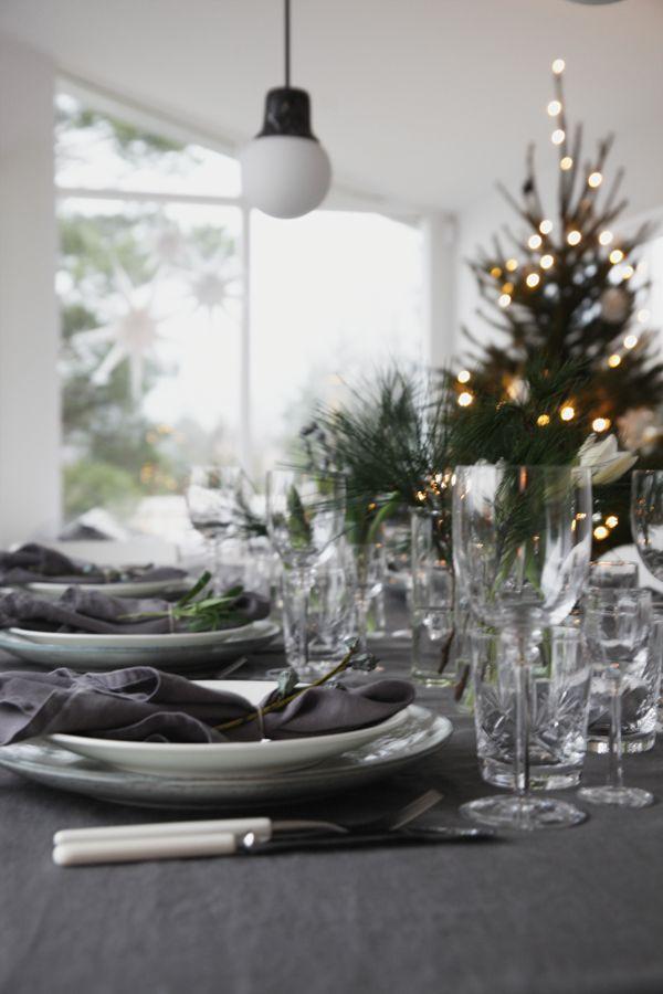TABLE IN GREY AND GREEN. Julaften dekket jeg bordet i grå- og grønntoner, litt mørkere enn vanlig men så stemningsfult og fint med alle lysene tent utover kvelden. Fylt med krystall, blomster og lin er det fest på bordet – og fargene går jo like fint til nyttårsaften som ellers i julen | Elisabeth Heier