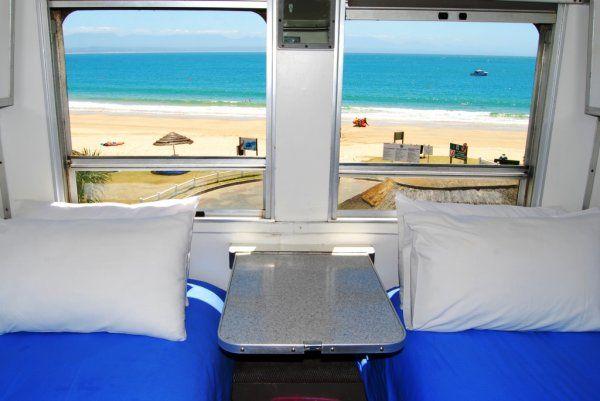 Il Santos Express Train Lodge è un ostello creato all'interno di un treno parcheggiato sulle bianche spiagge di Mossel Bay, in Sud Africa. Prezzi da 11€