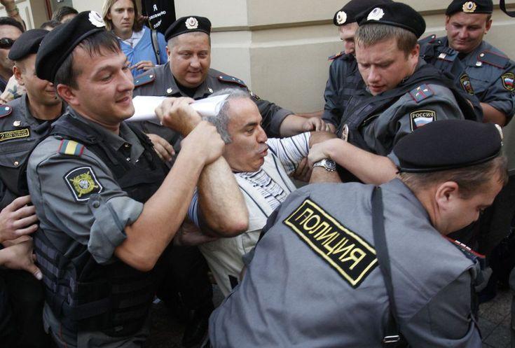 Increíble como detienen al maestro del ajedrez Gary Kasparov por protestar por las Pussy Riots