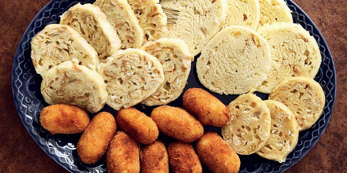 Víkendový oběd si žádá pořádnou přílohu. Někdo má rád brambory, jiný rýži, ale třeba klasické české omáčky se bez knedlíku neobejdou. Který je ten správný? Vlastně jakýkoli, pokud je připraven s láskou.