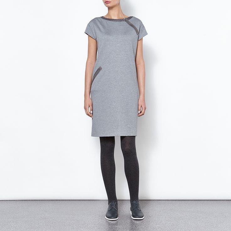 Sukienka z tkaniny z charakterystycznym melanżowym wzorem. Model z ozdobnym zamkiem przy dekoldzie i kieszeni, o dopasowanym kroju.