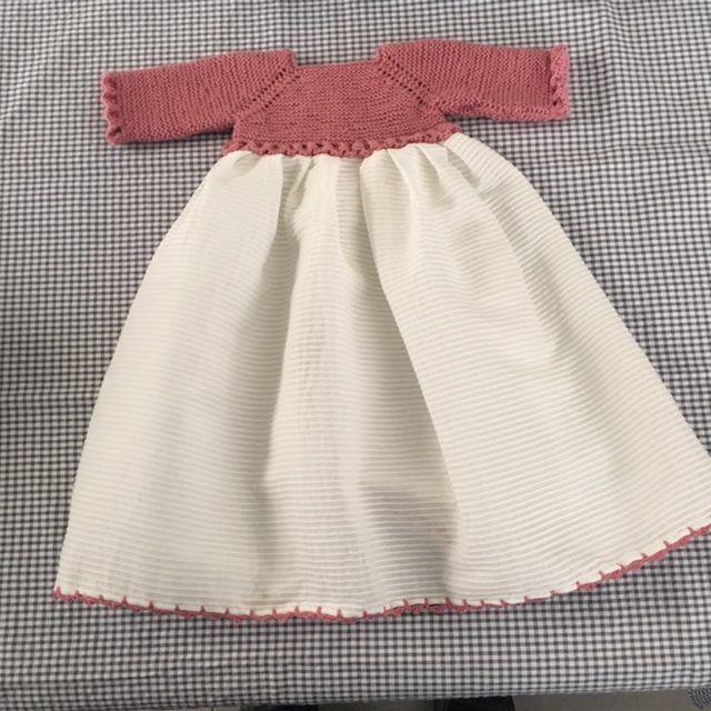 Patrón Faldón Bebé Talla 0 3 Meses Con Canesú A Punto Costurea Blog Patrón Vestido Bebe Ropa Bebe Artesanal Bebé Vestido De Punto