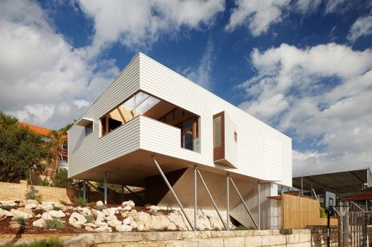 Suburban Beach House / David Barr + Ross Brewin Nice solution with the poles!