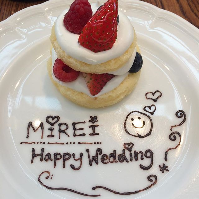 #happywedding #congrats #to #my #best #coworker #mirei #lovely #beautiful #weddingdress #impressive #cake #message #from #me #iwrotethisforyou #chocolatemessage #チョコペン #デコレーション #初 #上出来 #メッセージプレート #1023