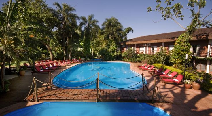 Hotel Saint George Puerto Iguazu Hotel Saint George boasts a lush garden with 2 pools and spa facilities. It is located 300 metres from Puerto Iguazu city centre, and 17 km from the Iguazu Waterfalls.  Rooms at Saint George are decorated in pastel colours.