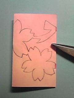 桜の切り紙の作り方は、こちらの過去記事でご覧いただけます。 桜の切り紙、作り方&型紙 この間、天気予報で関東の桜の開花予想を大まかにしていました。 そろそろ桜の開花が楽しみになる季節となりましたね そんな今日は、ひと足早く桜の切り紙図案を紹介しますね。 今年は、ボー...