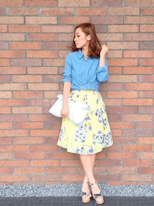 黄色のきれいな花柄スカートと合わせて *ダンガリー春夏ファッション*