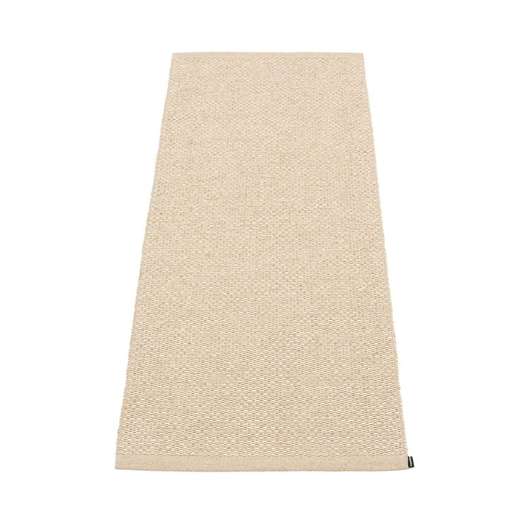 Svea matta från Pappelina. En snygg, enkel och funktionell plastmatta tillverkad i PVC-plast och pol...