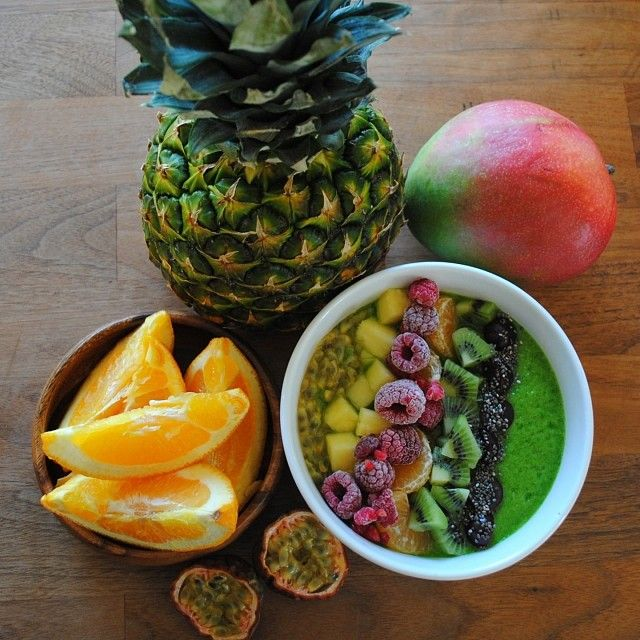 Green smoothie bowl: 2-3 cups spinach, 1 cup pineapple, 1 banana (frozen), a little water and juice from half a lemon + vitamineral green and chia seeds (optional) Topped with passionfruit, pineapple, raspberries, kiwi, grapes and chia seeds