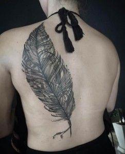 Un esempio di Tatuaggio con piuma enorme che copre parte di una schiena femminile.