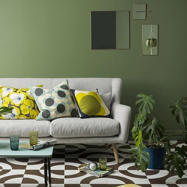 Throwback Thursday to this 70s retro inspired living room. If you love bold patterns, bronzed greens mixed with a bit of chocolate - this look is for you! Resene Paddock looks great on the wall with a dramatic stencilled floor in Resene Lignite (brown) and Resene Quarter Cararra. Check out the latest issue of @habitatbyresene to see more. Styling Claudia Kozub @indiehomecollective Photo @flashstudiosnz #Resenegreens #Resene #throwbackthursday #habitatbyresene #retrorooms