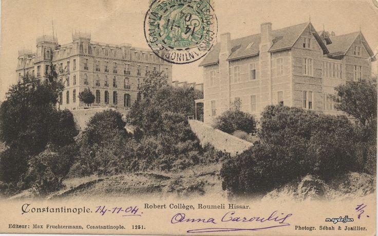 Robert Kolej 1863'te İstanbul'da açıldı. Cyrus Hamlin ve Christopher Robert tarafından kurulan okul, geçici olarak Amerikan Misyonerleri Heyeti'nin Bebek'te bulunan ilahiyat okulunun binasında eğitime başladı. Okula ait ilk bina, Rumeli Hisarı'nın yapımında kullanılan taş malzemeyle inşa edilerek 1871'de açıldı. Aynı yıl Robert Kolej ile kardeş okul olan Amerikan Kız Koleji Arnavutköy'de eğitime başladı. Bu iki kurum, ABD sınırları dışındaki ilk Amerikan okulları olarak tarihe geçti