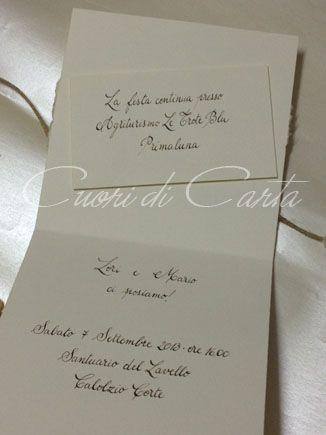 Partecipazioni scritte a mano con pennino ed inchiostro color seppia, interno con talloncino invito ricevimento in 3D.