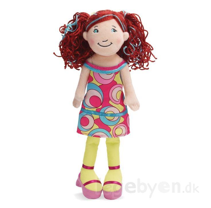 Groovy Girl Bailey har rødt hår med flotte krøller, og er klædt i en fin sommerkjole. Groovy Girls dukker er i super lækker kvalitet med mange flotte detaljer. De fantastiske #GroovyGirls dukker tilskynder enhver lille pige, til at udvikle individualisme og identitet. Groovy Girls - Bailey - 1 stk - 33 cm