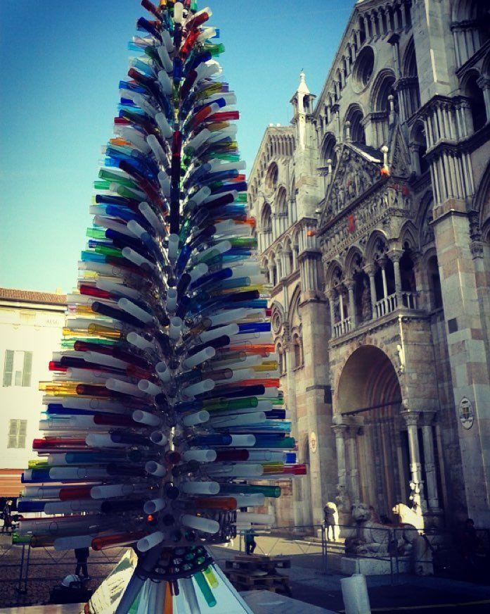 Tubi colorati e luci: lalbero di #Natale di #Ferrara è stato realizzato in vetro soffiato di #Murano. Unopera unica al mondo (costata 25mila euro) foto: La Nuova Ferrara by lacronacaitaliana