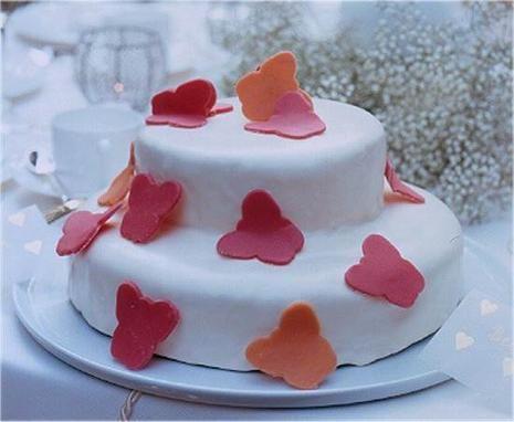 Eine 2-stöckige Torte mit Marzipan-Dekoration für die Hochzeit oder die Taufe