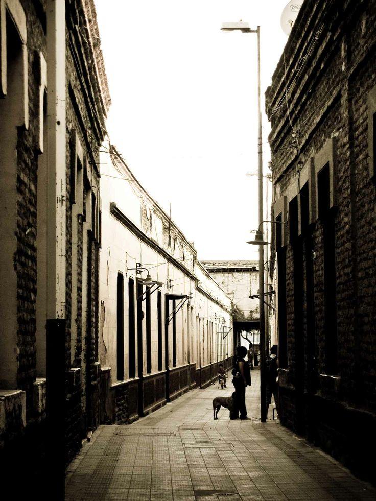 Un callejón en Santiago. // A Santiago alleyway. (RM)