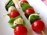 Brochetas de mozarella y tomates cherry :  1 paquete de bolitas de queso mozarella, 1 paquete de tomates cherry, Palitos de bambú para brochetas, Hojas de albahaca (opcional). Se lavan los tomates y se escurren. Se toma un palito de bambú y se va colocando una bolita de queso y un tomate, así sucesivamente hasta terminar.  Delicioso como entrante o como plato único para una cena ligera.  Buen provecho!