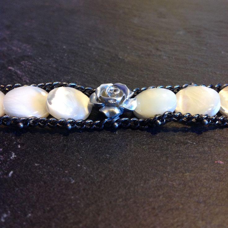 Bracciale  doppia catena con pietre di madreperla bianche e rosa centrale in resina argentata di MadetoShineCreations su Etsy