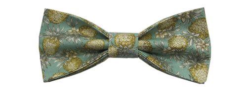 Vintage Bride ~ Hank in Chief // Felix Bow Tie ~ #vintagebride #vintagewedding #vintagebridemagazine #vintagegroom