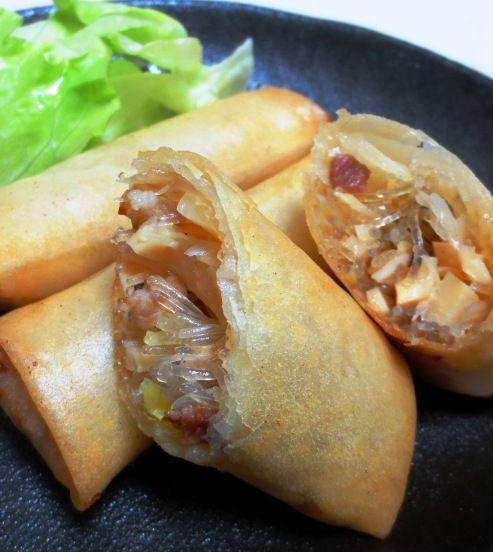 中華の点心ではおなじみの定番料理「春巻き」を作りました。揚げたての熱々、パリパリの皮をほうばると、口のなかでいろいろな具材の味がいっぱい広がって、いくらでもいただけてしまう感覚になってしまいますね。あん(具材)は豚肉、春雨、筍、長ねぎ、生しいたけです。野菜たっぷりの、さっぱりといただける春巻きのご紹介です♪【材料(春巻き10本分】・春巻の皮10枚  ・豚薄切り肉100g位  ・春雨35g位  ・筍の水煮(小...