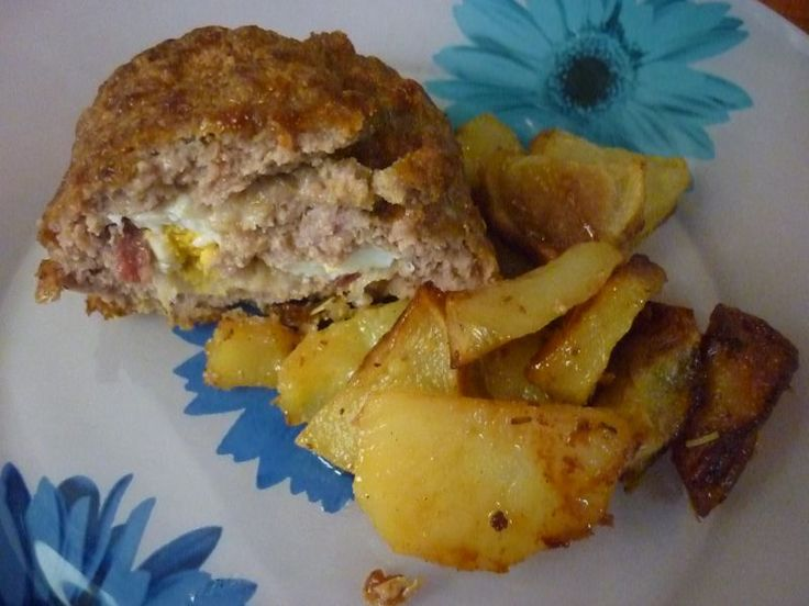 There are many variations for the preparation of meat loaf; in this recipe we chose the ingredients typical of Campania and the result is really tasty! Meatloaf with salami and smoked provola cheese