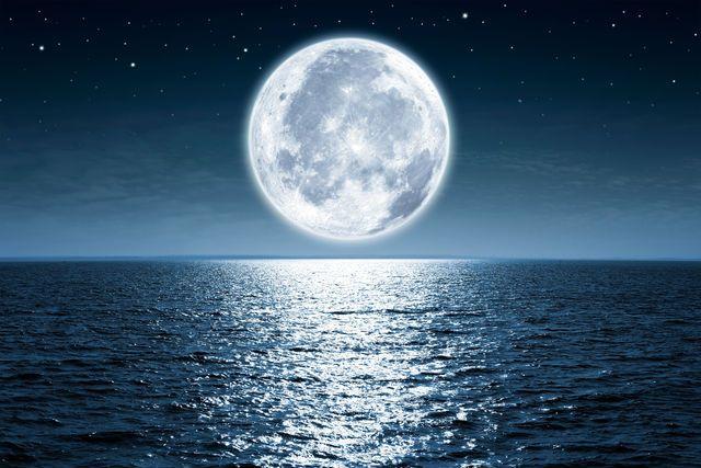 """静かの海、晴れの海、雨の海、蒸気の海、それから、虹の入江なんて呼ばれる場所があるんです。正確にいうとそれは、""""わたしたちが知っている海"""" ではないんだけれど。平日の東京の夜、たとえば仕事のあと。恋人や大切なひとと、はるか遠くの、宇宙に浮かぶ「海」をさがす旅なんてどうでしょう? いわゆる「うさぎがお餅をついているように見える」と言われたりする、月の表面にある黒っぽい影。あれは、月の長い歴史のな..."""
