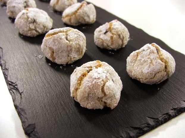 Il maestro Luca Montersino ci conquista oggi con una rivisitazione di un grande classico della tradizione dolciaria, in formato mignon: gli amaretti morbidi. http://www.alice.tv/pasticcini-biscotti/amaretti-morbidi