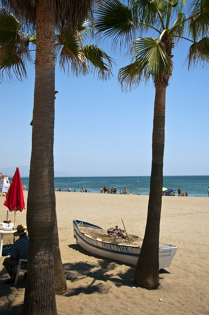 Ciudadanos y turistas aprovechan la temporada de playas para disfrutar de las aguas del núcleo de Sabinillas.