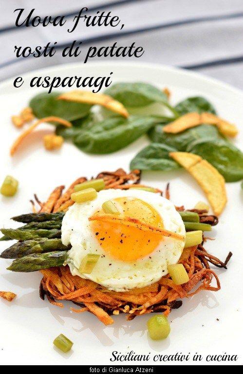 Uova fritte, rosti di patate e asparagi