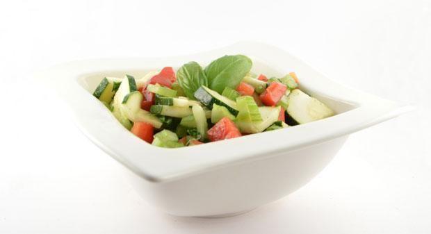 Hetcourgette salade met paprika en bleekselderijrecept    Over de courgette salade met paprika en bleekselderij Deze courgette salade met paprika en bleekselderij wordt een super lekker, snel en gezond recept door de dressing. Echt weer een top maaltijd!  Voordat ik aan Supersnel Gezond punt NL begon, zou ik nooit verwacht hebben dat een salade zoals deze, echt lekker