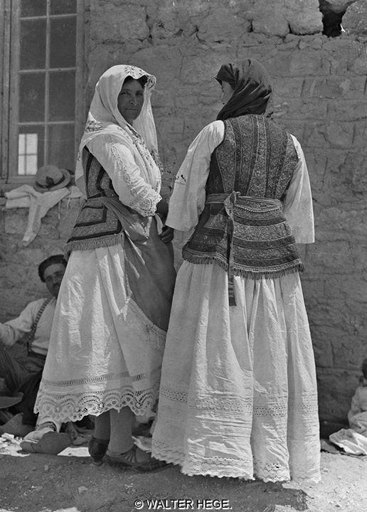 Γυναίκες με ελληνική φορεσιά 1928-1935 Φωτογράφος Walter Hege Αρχείο Bildarchiv Foto Marburg Liza's Photographic Archive of Greece - Φωτογραφικά άλμπουμ της Ελλάδας.